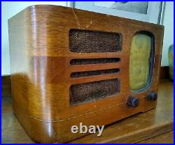 Detrola Wood Tabletop Tube Radio 212 Glowing Green Eye Vintage Art Deco 1939